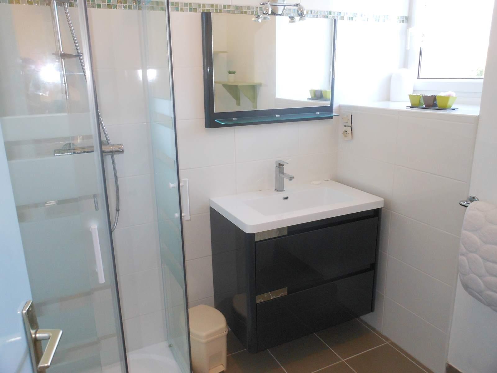 le meuble-vasque de la salle de bain